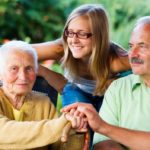 若い人よりも、おじいちゃんやおばあちゃんと話す方が安心する理由。