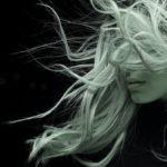 風の強さがちょっと、髪を揺さぶり過ぎて心も揺さぶられて困る。